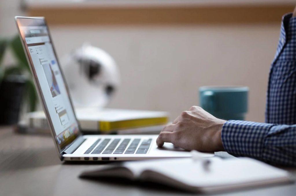 パソコンで仕事をする人