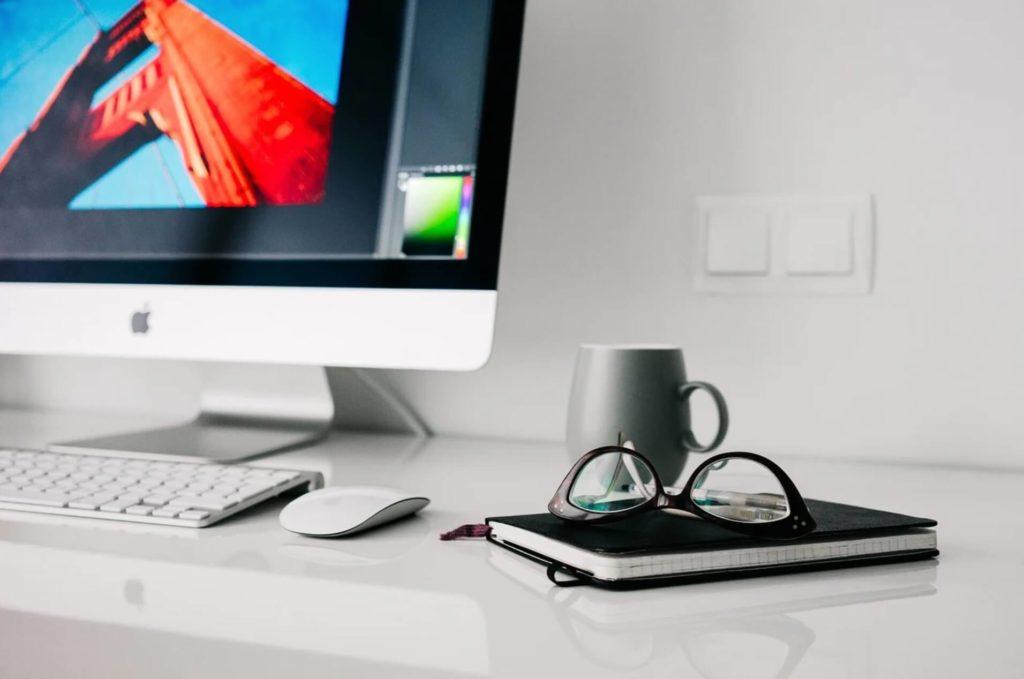 オフィスにあるパソコンの画像
