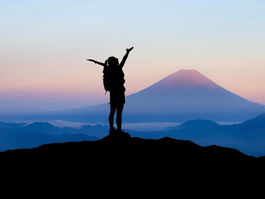 頂上で喜ぶ人