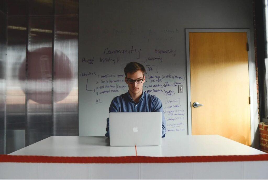 パソコンをさわる男性