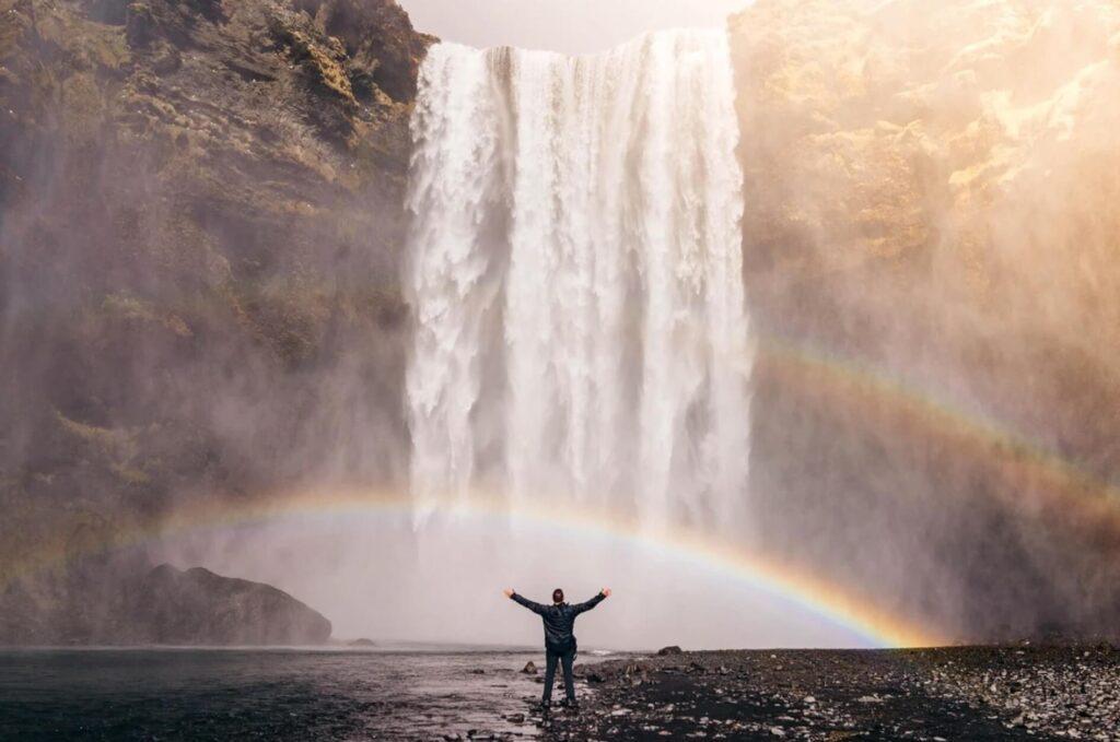 虹を見て喜ぶ男性
