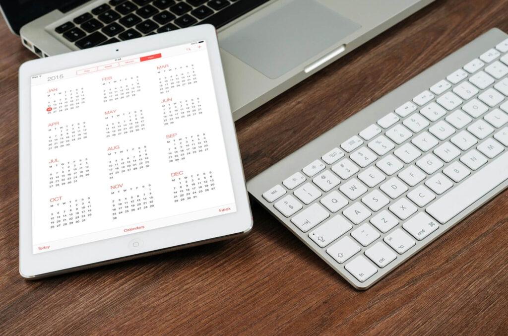 カレンダーとパソコン