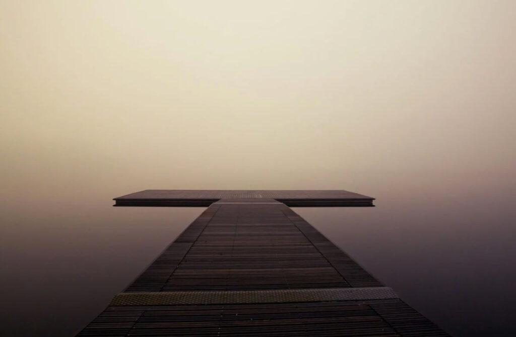 霧の中に浮かぶ橋