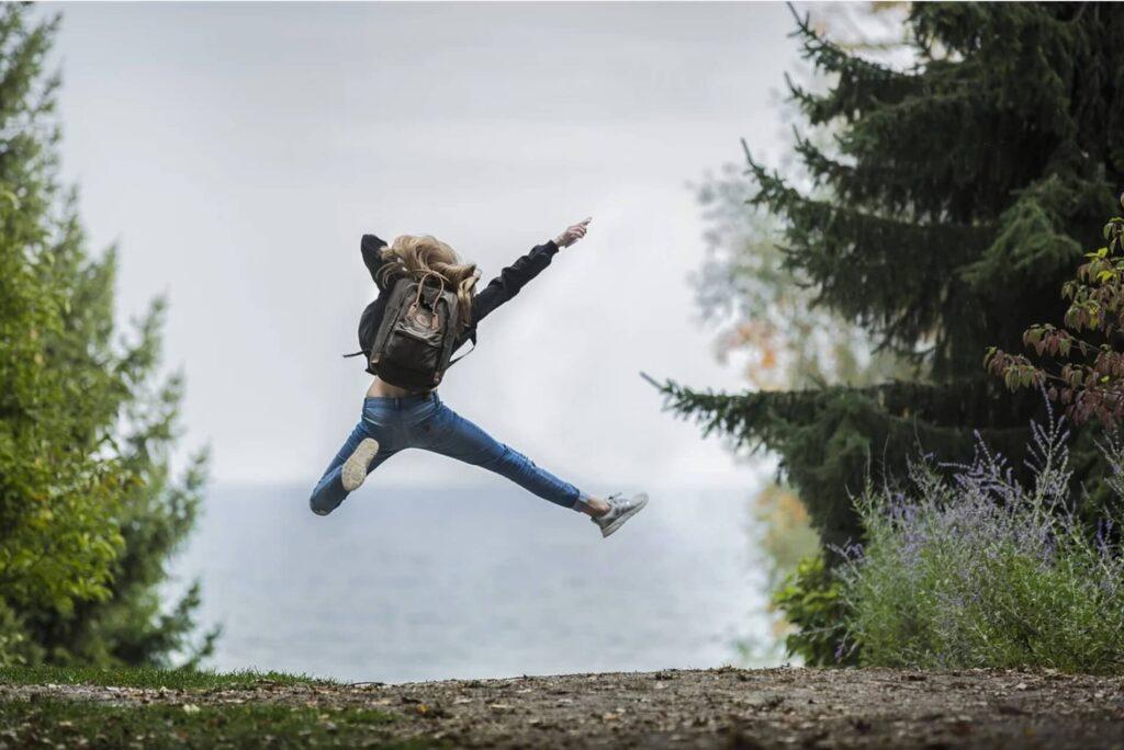 飛び跳ねる女の子