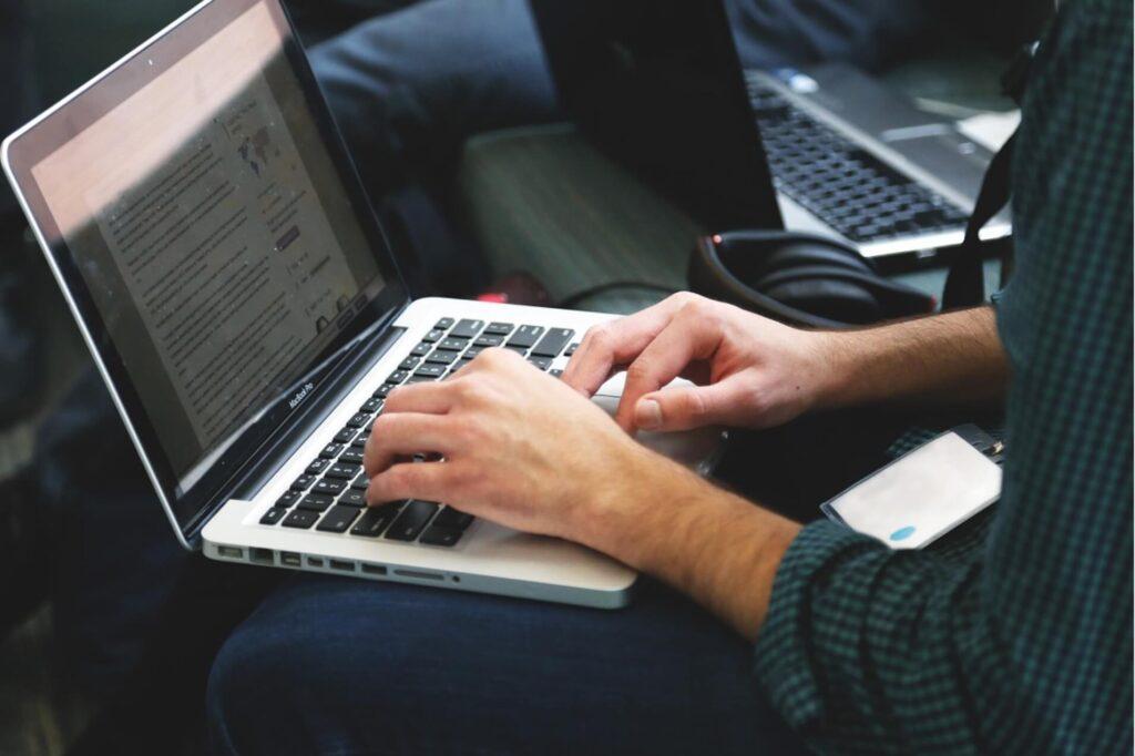 パソコンを立ち上げる女性