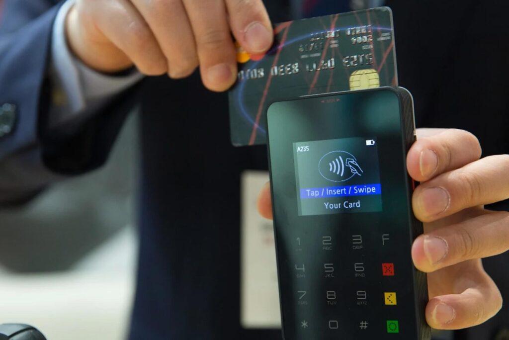 クレジットカードで支払いをする人