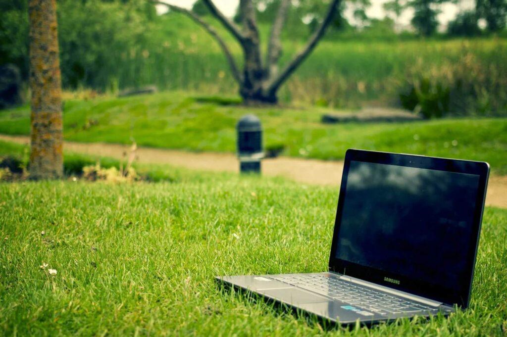 芝生とパソコン
