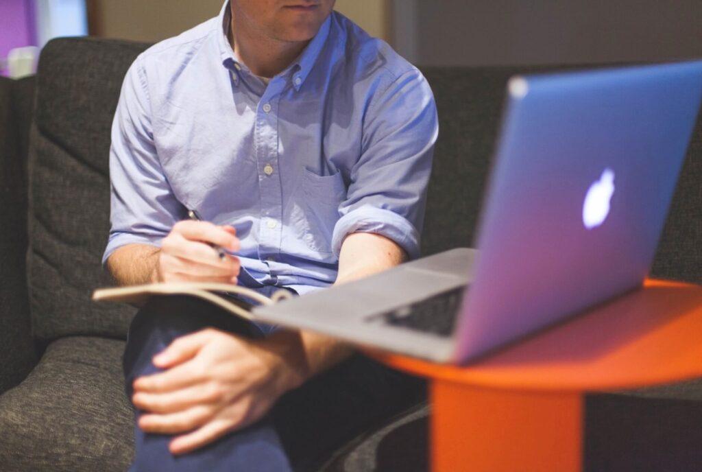 パソコンで勉強する男性