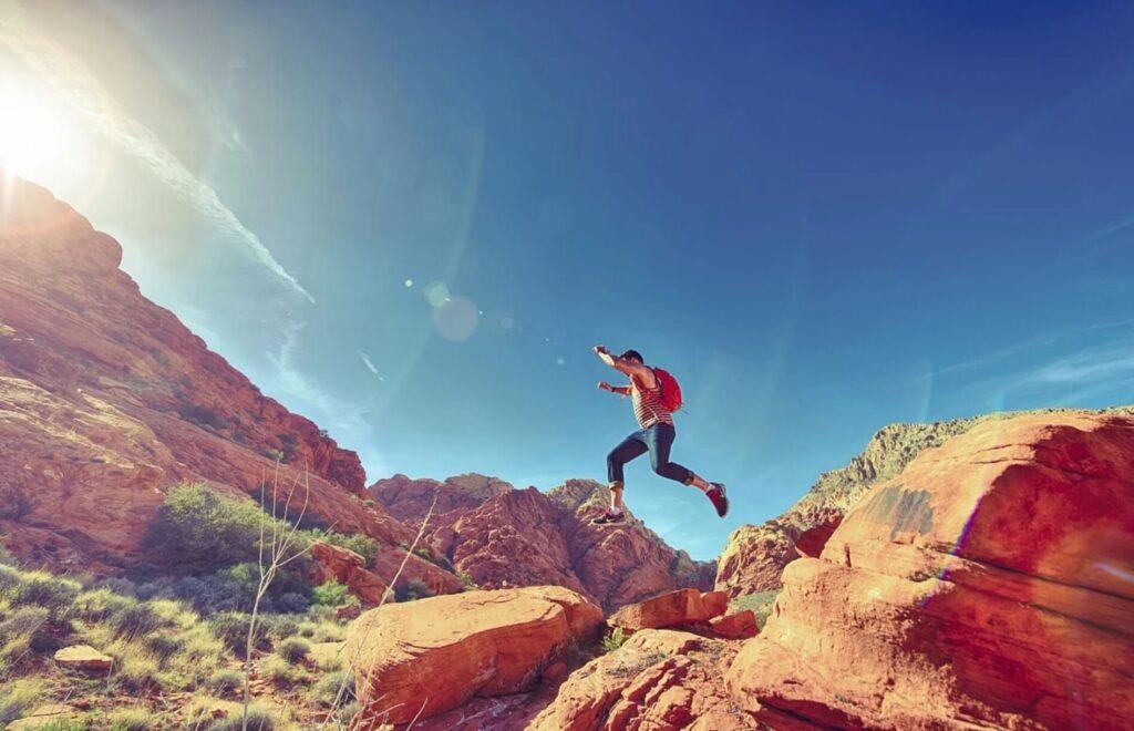 岩と岩の間を飛び越える人