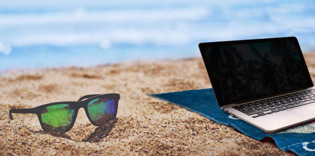 夏のビーチとパソコン