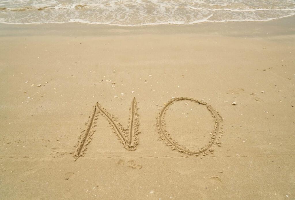 noと書かれた砂浜