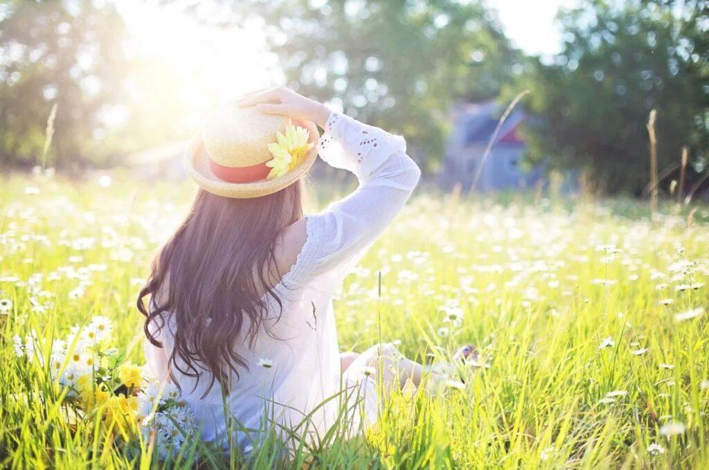 太陽を浴びながらくつろぐ女性