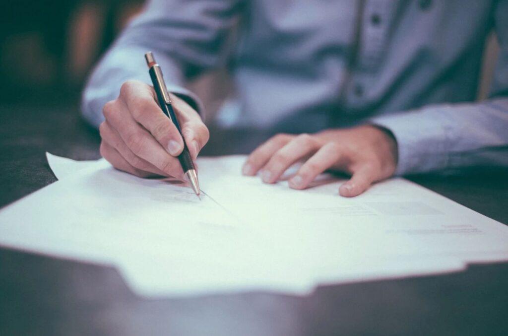 書類に書き込む男性