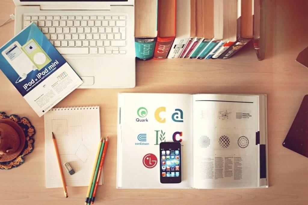 鉛筆と机と参考書