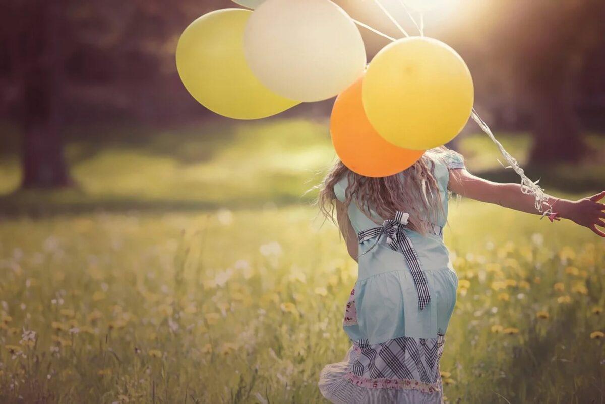 女の子 喜び 風船