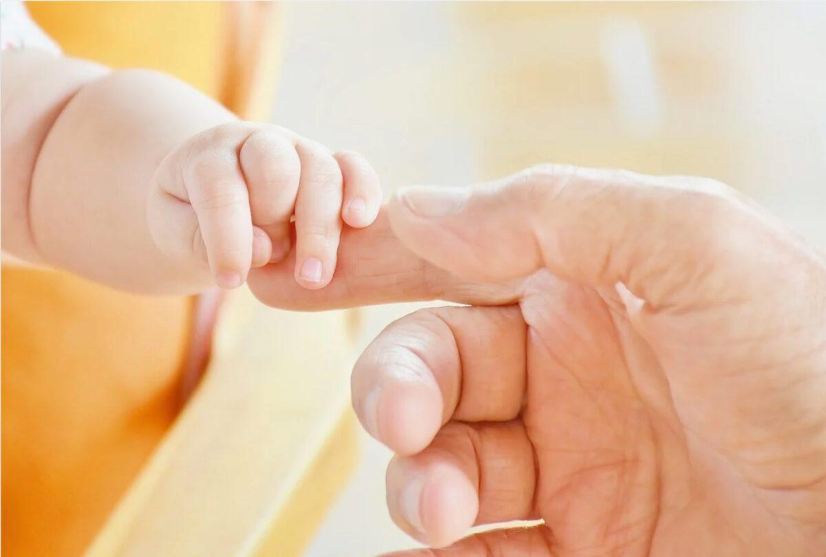 赤ちゃんの手と大人の手