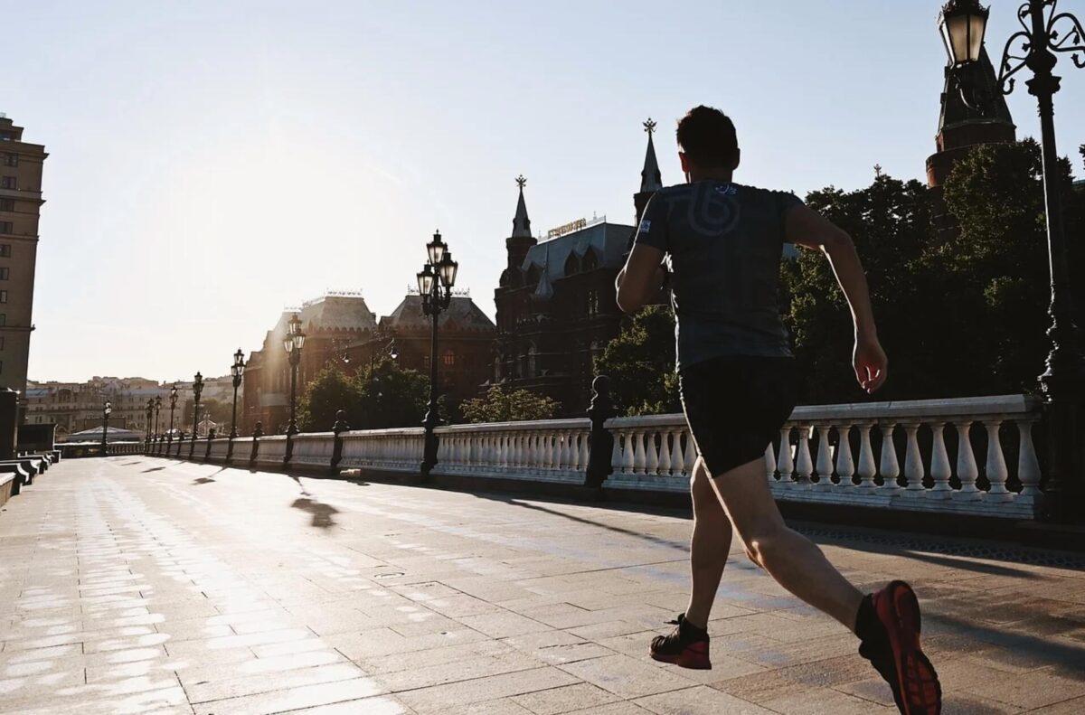 走り出す男性