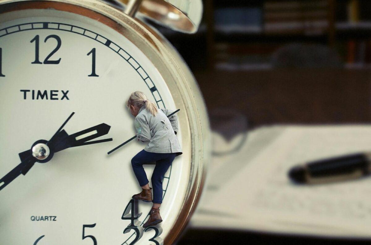 時計にしがみつく女の子