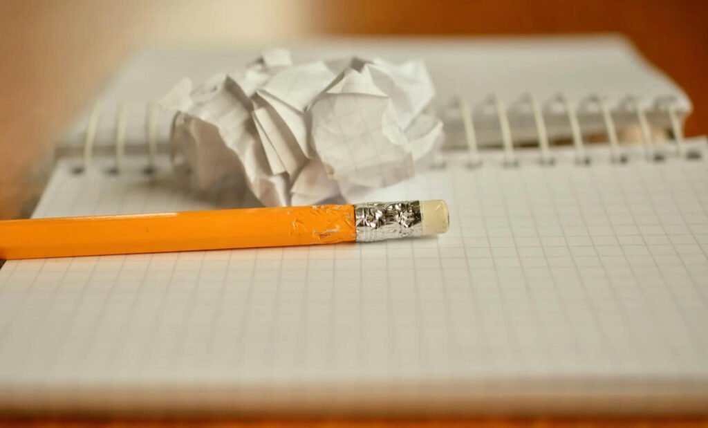 グシャグシャの紙と鉛筆