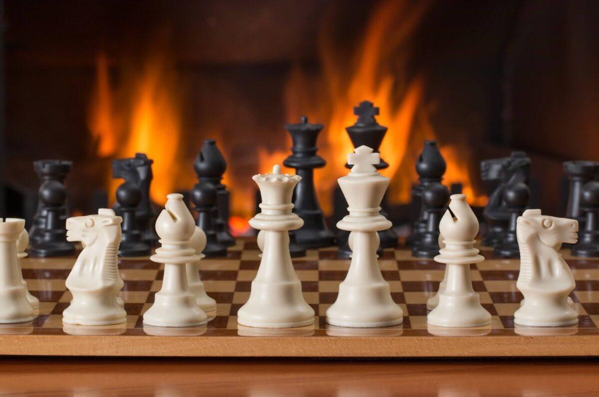 チェスと暖炉