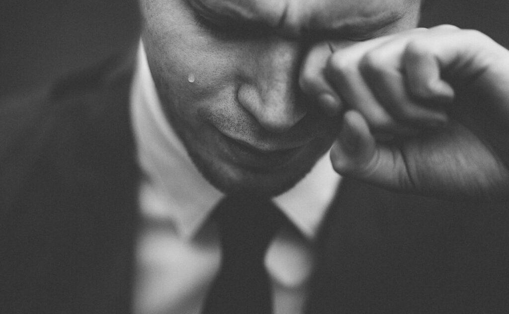 泣く男の人