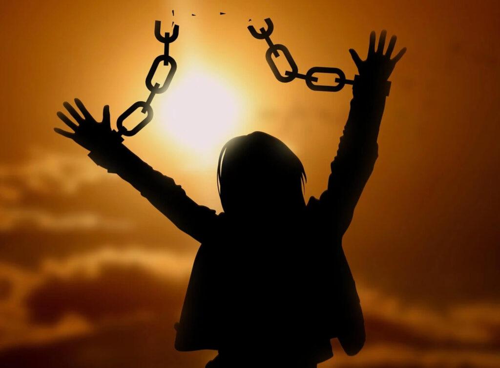 自由を拘束される女性