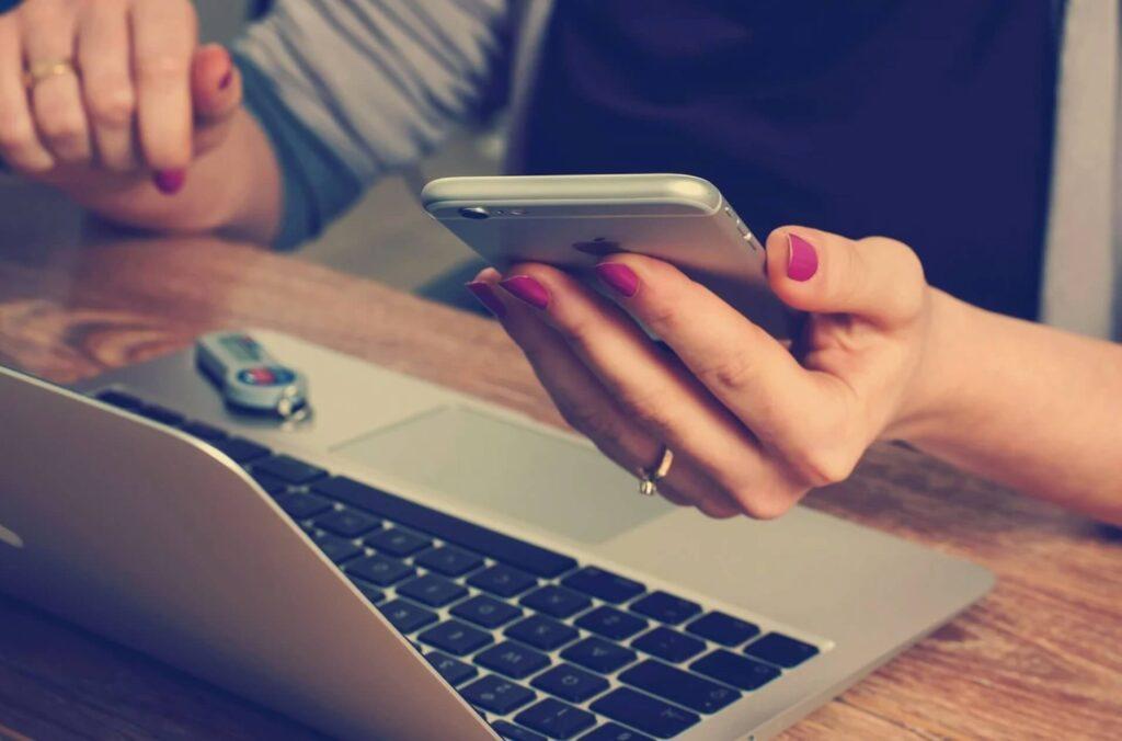 パソコンとスマホを触る女性