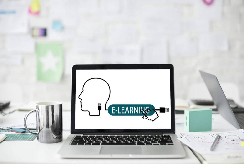 e-learningと書かれたパソコンの画像