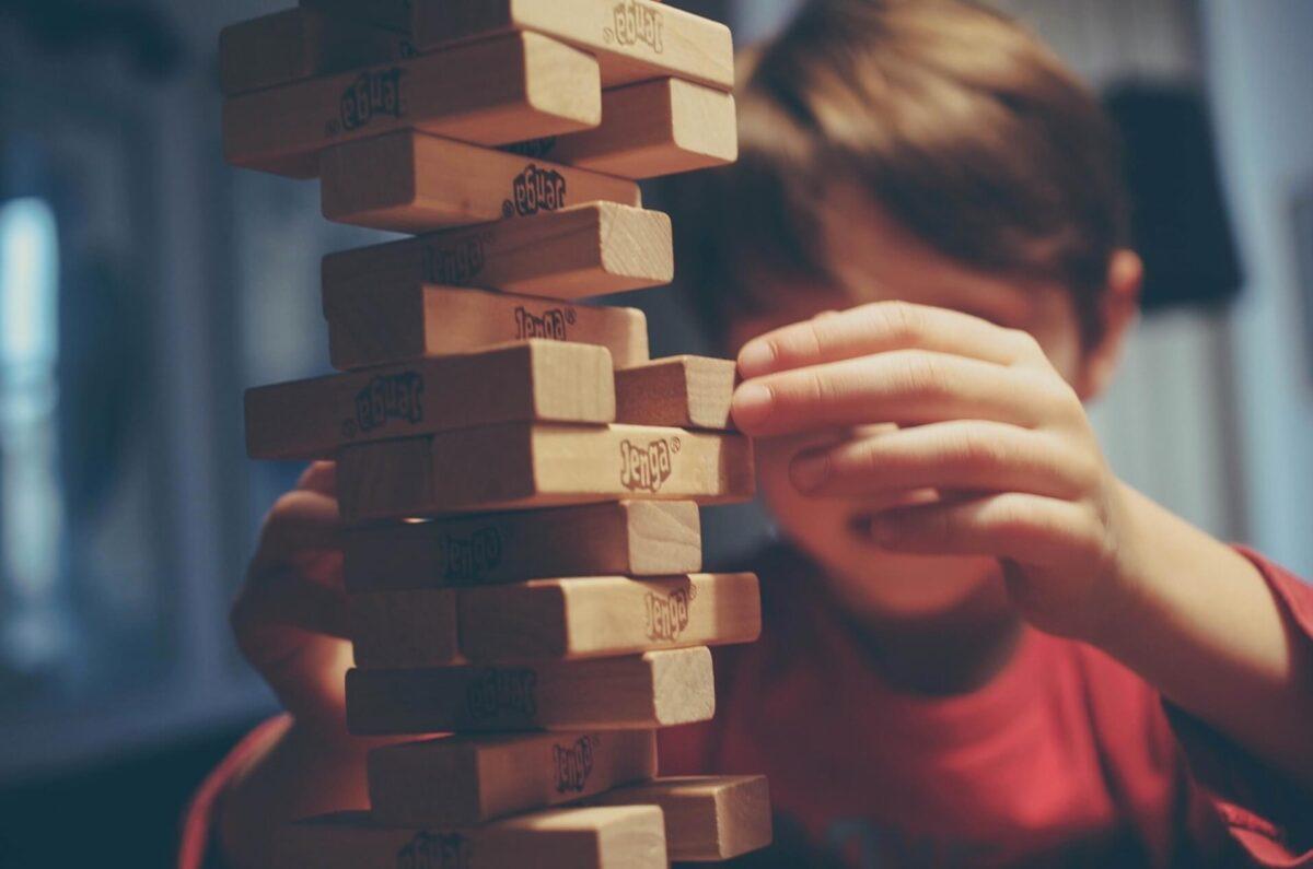 ジェンガで遊ぶ少年