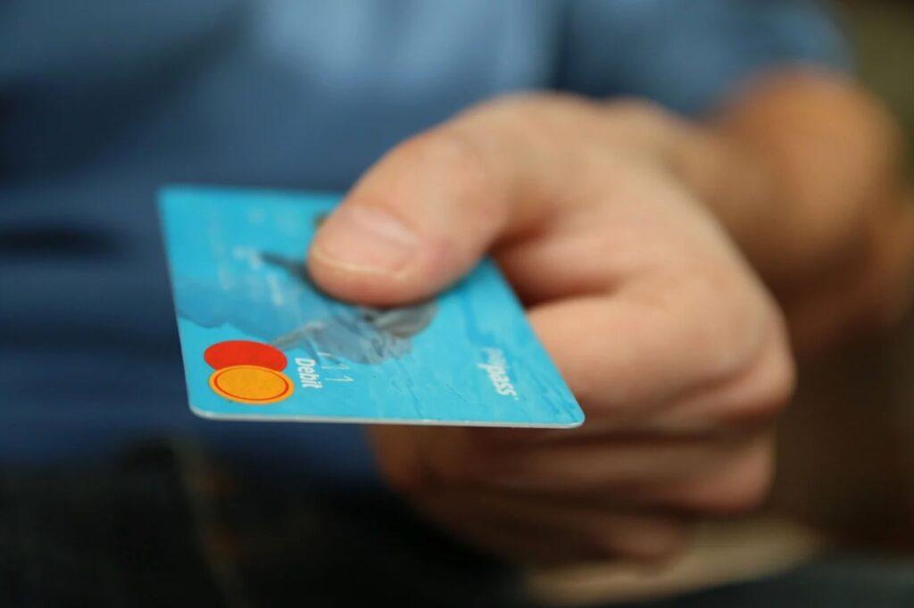 クレジットカードで支払う人